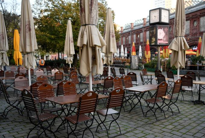 ベルリンの客がいないレストランのテラス席