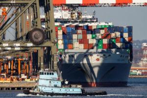 ニュージャージー州ニューアークの港に停泊しているコンテナを積んだ貨物船