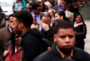 、ニューヨークで行われた就職フェアに並ぶ人たち