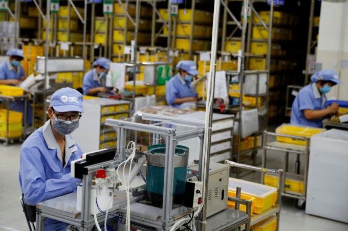 北京の製造工場で働く人々