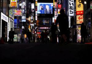 内の繁華街の大画面に映し出された緊急事態宣言の内容を説明する菅首相の会見の様子