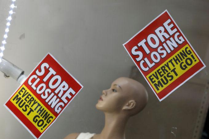 ニューヨーク市のショップに張られた閉店を告げるチラシ
