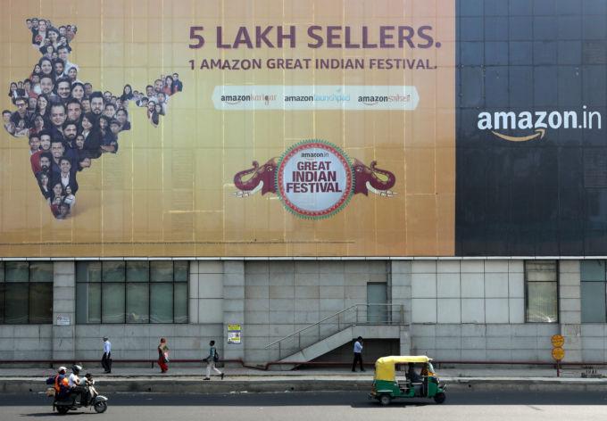 インド、ニューデリーの地下鉄駅外に掲示されたアマゾンの広告
