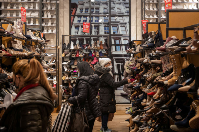 米ニューヨークで買い物をする人