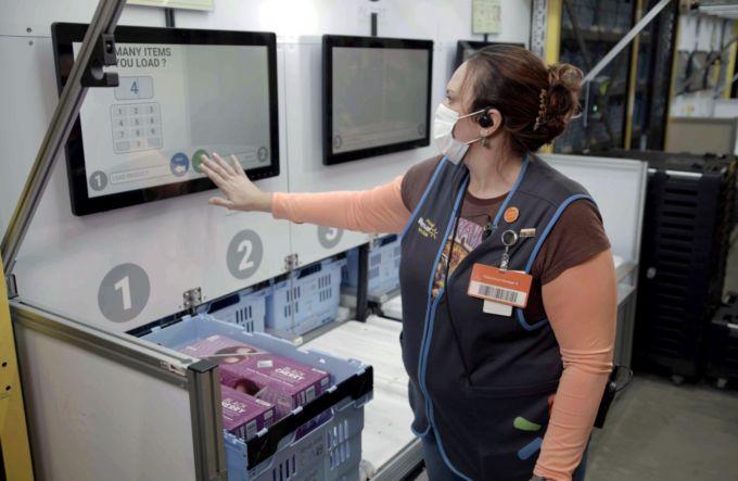 ウォルマートの倉庫内で作業をする従業員