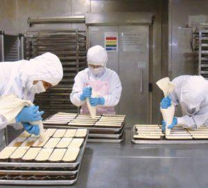 成城石井のセントラルキッチンで作業をする従業員