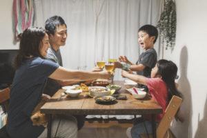 家族で夕飯 イメージ