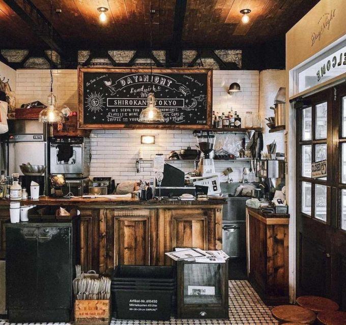 カフェ「DAY&NIGHT」の内観。まるでニューヨークの一角にあるような洗練された空間演出がなされている