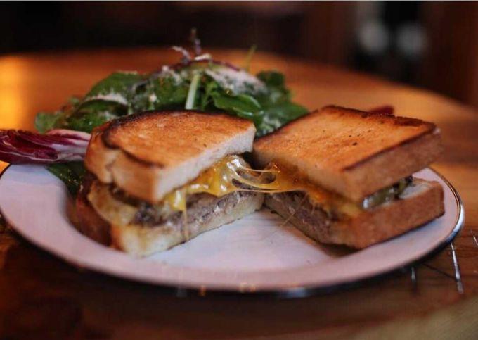 ニューヨークでは定番のサンドイッチ「フィリーズチーズステーキ」。スライスしたステーキとグリルオニオンにたっぷりのチーズが入る