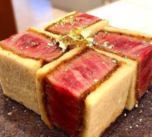 神戸牛のドライエイジングビーフに金箔を振りかけたサンドイッチ。価格は3万円超