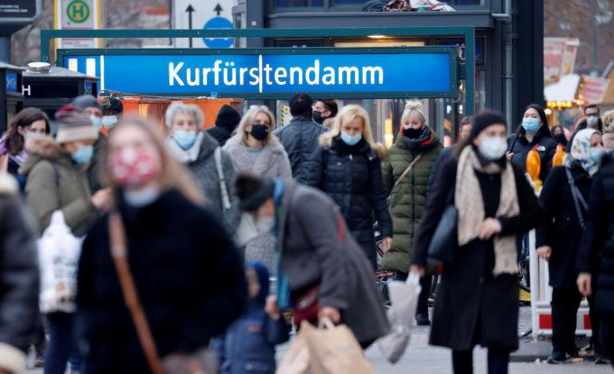 ベルリンの街を歩く人々