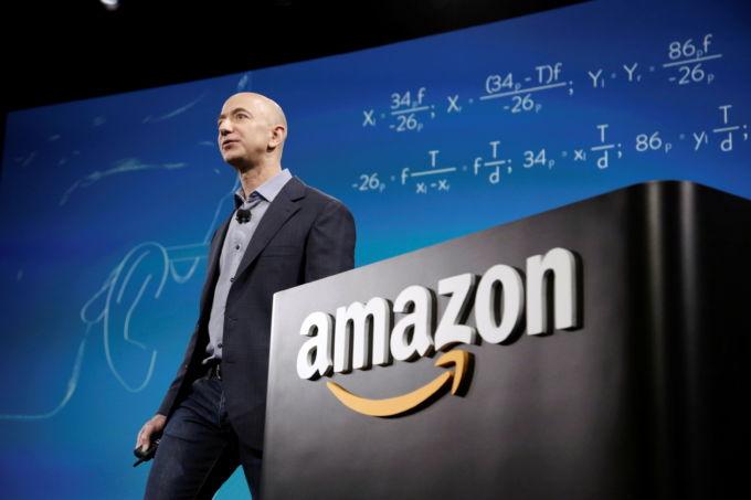 アマゾンのロゴとベゾス最高経営責任者(CEO)