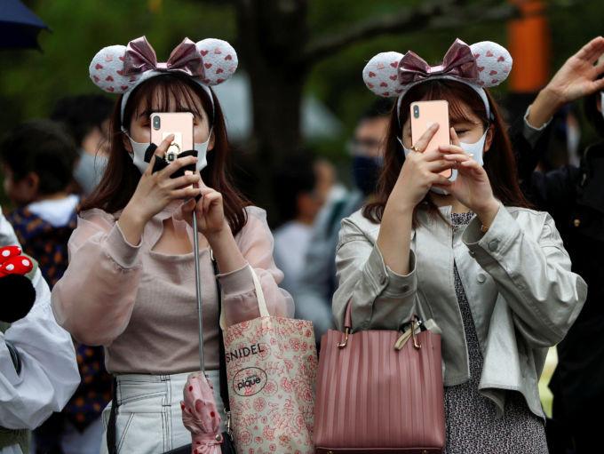スマートフォンで写真を撮る若者