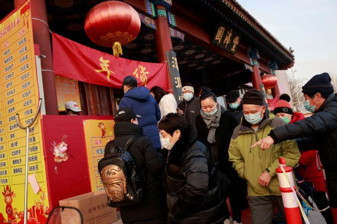 北京で春節用 の食材を買い求める人々