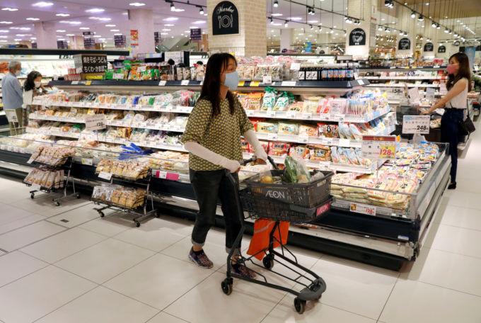 千葉市内のスーパーで買い物をする人