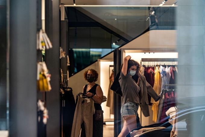 ニューヨークの小売店でマスクを着けた女性