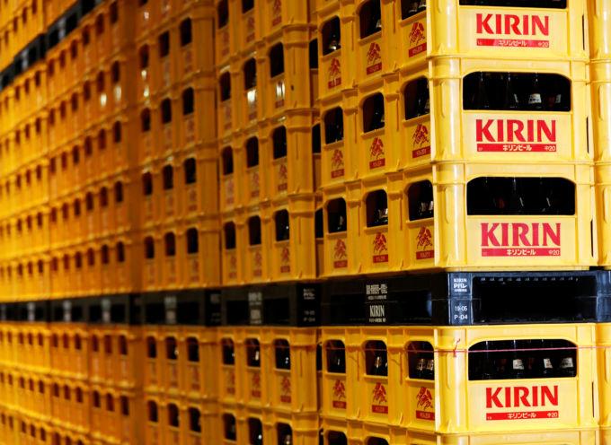 キリン横浜工場に積まれたビール瓶ケース