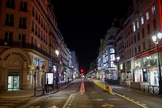 写真は夜間のパリ。