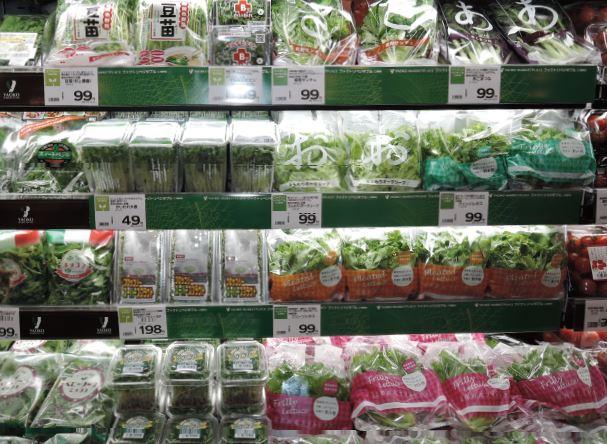 ヤオコー所沢北原店の青果売場(工場栽培のスプラウト類を集約)