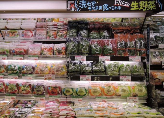 サミットストア権太坂スクエア店では「洗わずそのまま食べられる」レタス類やサンチュなどをボードで訴求