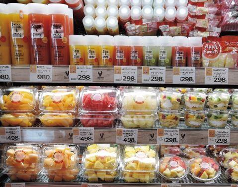 ヤオコー桶川上日出谷店ではカットフルーツのほかジュース類を展開