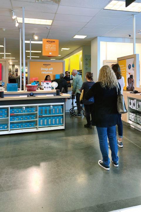 コールズの店舗でアマゾンへの返品のために列に並ぶ人々