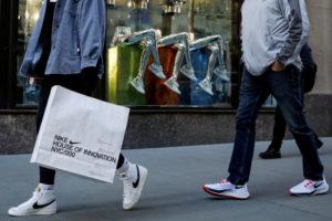 米ニューヨークで買い物袋を持って歩く人