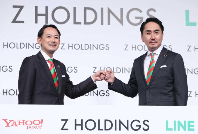 記者会見で撮影に応じるZホールディングス共同最高経営責任者の川辺健太郎氏(左)と出沢剛氏