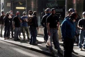 ニューヨークの建設現場で検温のため並ぶ人々