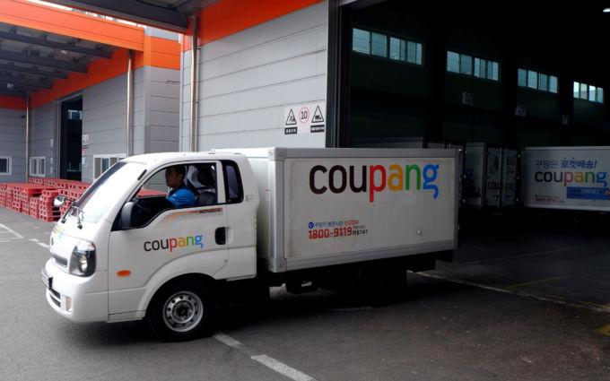 韓国のネット通販大手クーパンのロゴが書かれた配送車