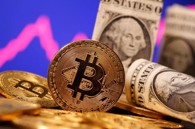 ビットコインのイメージと米ドル紙幣