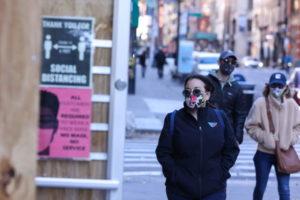 米ニューヨーク市の街を歩く人