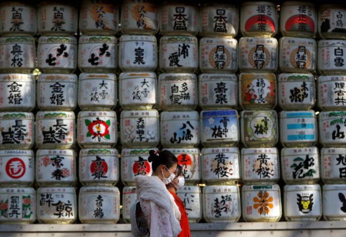 日本酒のコモ樽が並んでいる東京・明治神宮の一角