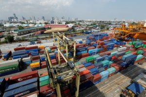 コンテナが集積するバンコク港