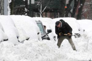 ニューヨーク市内で雪かきする人