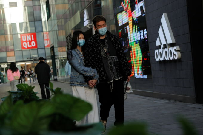 北京の街を歩く人