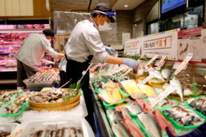 千葉のショッピングモールで作業をする従業員