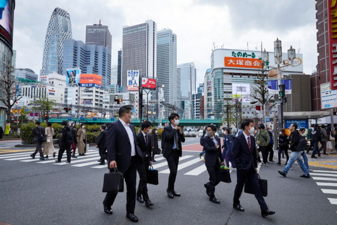 都内を歩く人々