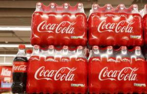 店頭に並べられたコカ・コーラ
