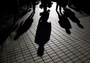 都内を歩く人の影