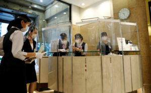 コロナ感染対策のため受付前にシートを装着した都内の日本橋高島屋