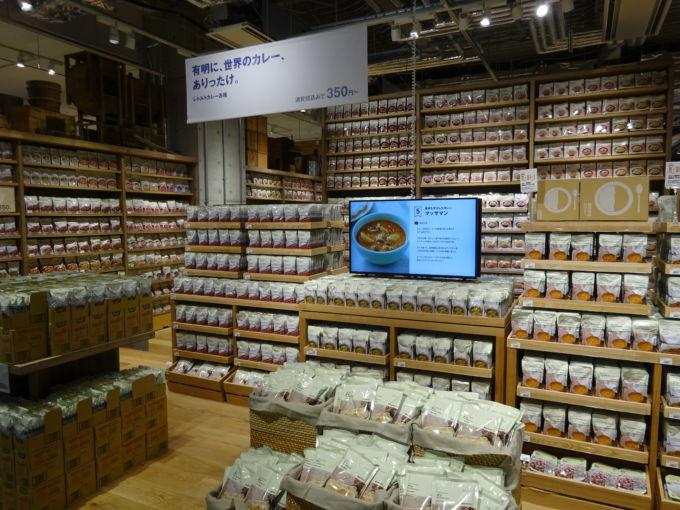 良品計画の21年8月期上期決算では、食品の売上が好調だった(写真は「無印良品 東京有明」の売場)