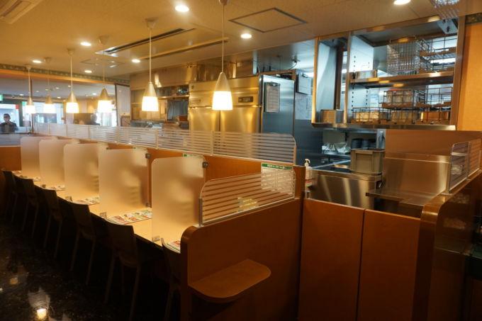 キッチン内は企業秘密のため写真撮影はNGだった。オープンキッチンを採用して調理場と店内間の移動がスムーズにできるようにしている