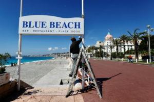 ロックダウン緩和でビーチ再開へ準備進めるフランスのニース