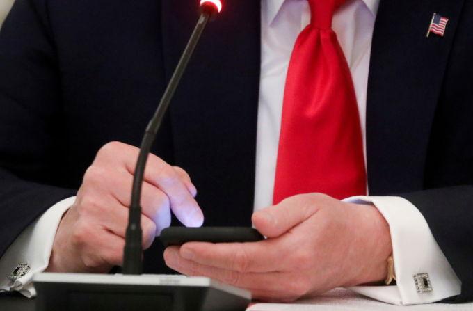 ホワイトハウスでスマートフォンを使うトランプ大統領(当時)の手元