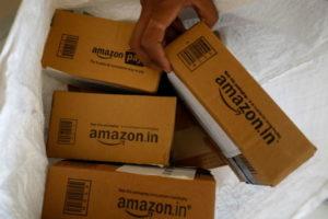 印アフマダバードで撮影されたアマゾンのロゴが書かれた荷物