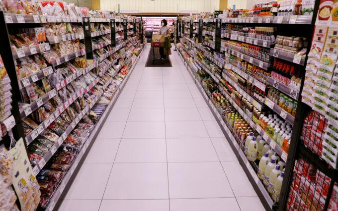 千葉県のスーパーで買い物をする人