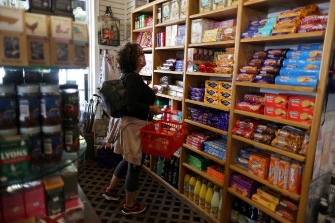 米の小売店で買い物をする人