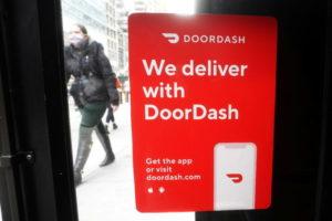 NYのマンハッタンの店舗に貼られたドアダッシュの広告