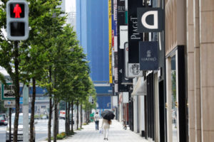 都内の街を歩く人